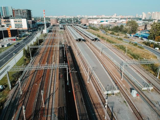 Dépôts de train aerialphoto, voies ferrées, échangeurs et trains. saint-pétersbourg, russie.