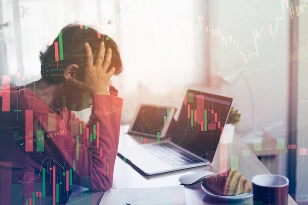 Dépression d'une femme âgée et sérieuse au sujet de la vérification du tableau des prix bitcoin sur l'échange numérique sur ordinateur portable