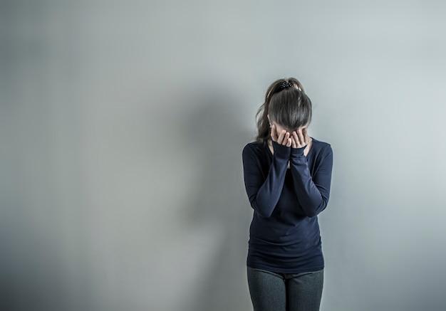 Déprimé avec une femme. la fille est triste dans la pièce.