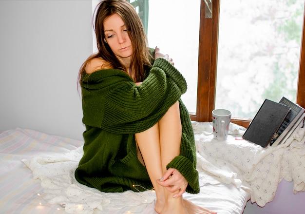Déprimé jeune femme ayant une dépression nerveuse pendant la mise en quarantaine des coronavirus à la maison