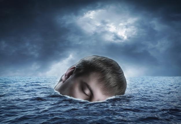 Dérivant sur les vagues dans la tête humaine de la mer