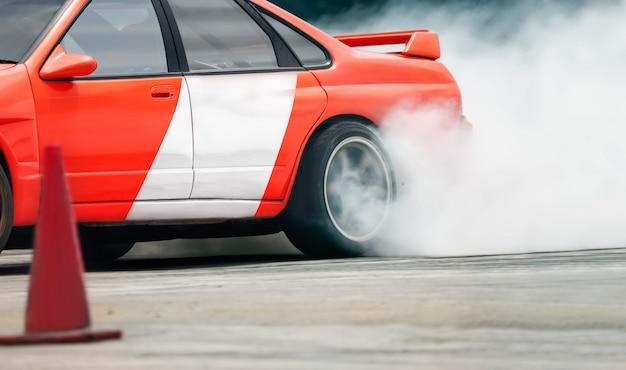 Dérive de course brûlant des pneus sur une piste de vitesse
