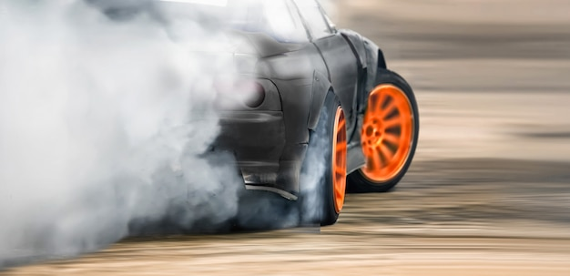 Dérive de course brûlant des pneus sur une piste