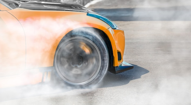 Dérive de voiture de course sur piste de course