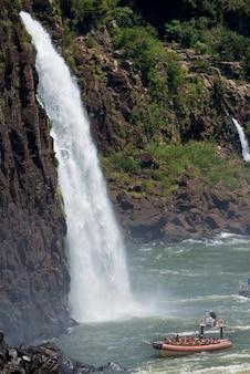 Dériveur sous les cascades d'iguazu