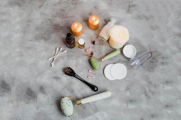 Dermaroller et sérum à côté d'une crème anti-âge pour le visage industrie de la beauté close-up dermaroller pour la thérapie par micro-aiguilletage médical derma roller mesoroller pour la mésothérapie espace copie mise au point sélective