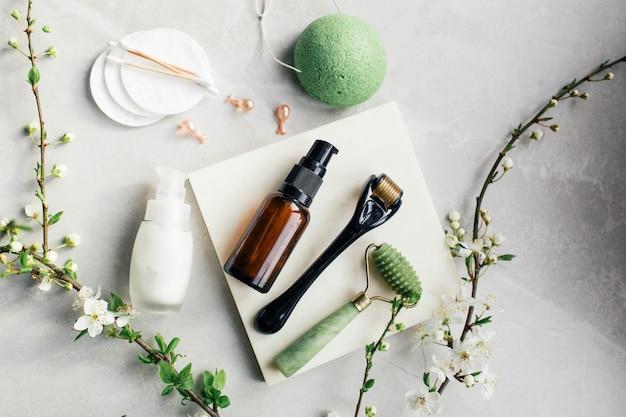 Dermaroller et sérum à côté d'une crème anti-âge pour le visage industrie de la beauté dermaroller pour la thérapie par micro-aiguilletage médical derma roller mesoroller pour la mésothérapie