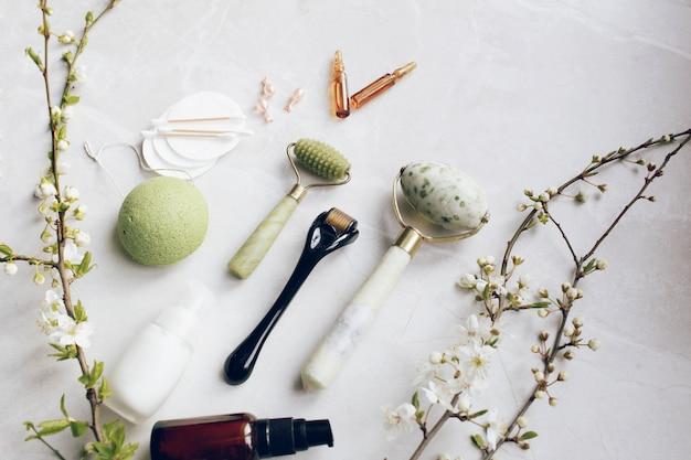 Dermaroller et sérum à côté d'une crème visage anti-âge