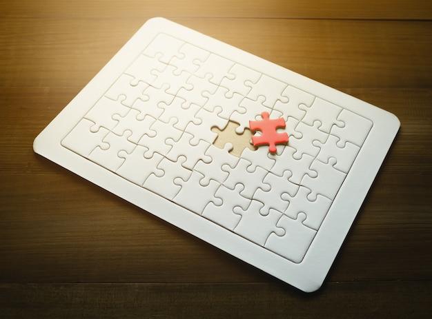 Dernier morceau de puzzle rouge sur fond en bois, concept de succès commercial