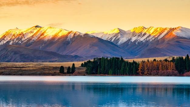 Le dernier soleil et les derniers rayons de la journée éclairant les sommets enneigés du lac tekapo