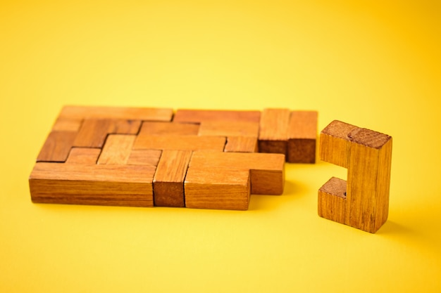 La dernière brique en bois est prête à terminer la construction
