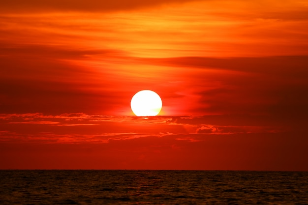 Dernière lumière du coucher de soleil sur le rayon de nuages ciel autour du soleil sur la mer