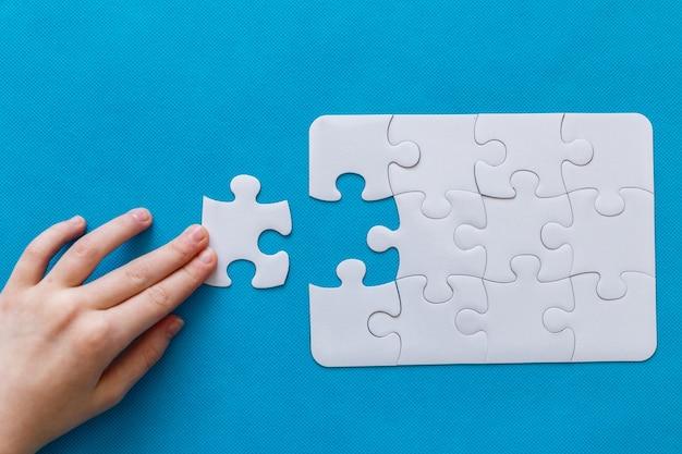 Dernière pièce puzzle en main