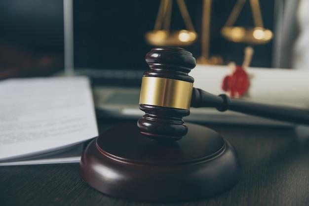 Dernière volonté et testament sur papier jaunâtre avec marteau de juge en bois ; le document est une maquette
