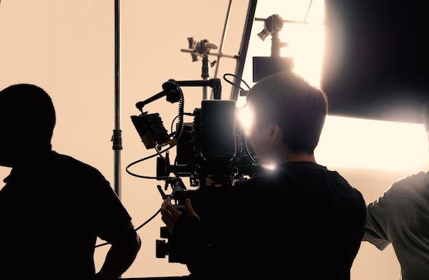 Derrière une caméra vidéo qui enregistre un film commercial en ligne ou un film web dans le grand studio de production