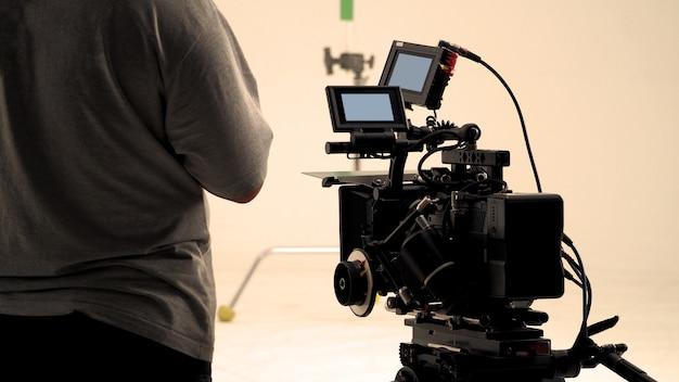 Derrière une caméra vidéo qui enregistre une publicité en ligne