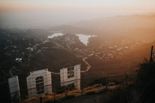 Derrière le panneau hollywood avec vue sur la ville d'hollywood