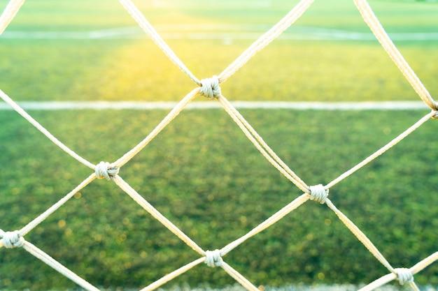 Derrière la vue du terrain de football vert.
