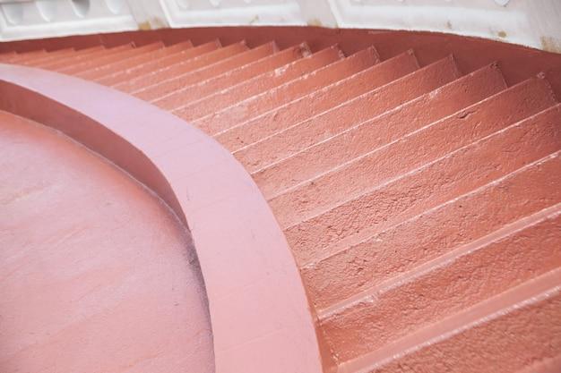 En descendant les escaliers.