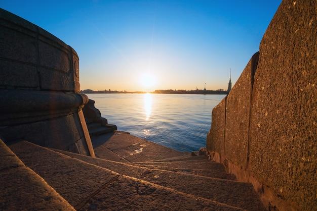 Descente aux marches de granit de la néva, vue sur la forteresse pierre et paul, saint-pétersbourg.