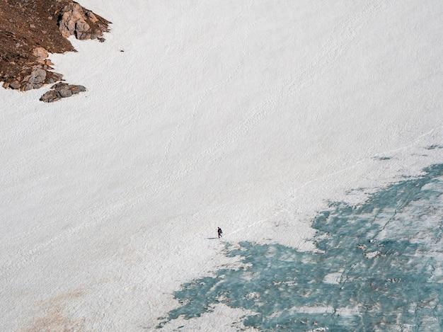 Descente du glacier. randonnée hivernale dans les montagnes enneigées. loisirs extrêmes et tourisme de montagne.