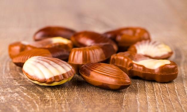 Désert de bonbons au chocolat. bonbons au chocolat sous forme de fruits de mer.