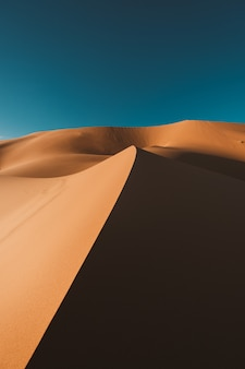 Désert à couper le souffle sous le ciel bleu au maroc