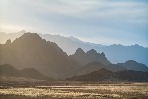 Le désert ensoleillé sur la montagne de fond