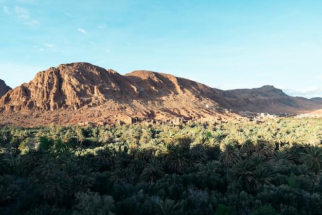 Désert montagneux de roche sèche au milieu du maroc.