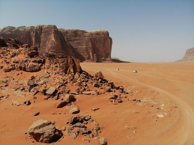 Désert rouge sauvage wadi rum, jordanie arabe. dunes de sable et montagne. vue parfaite