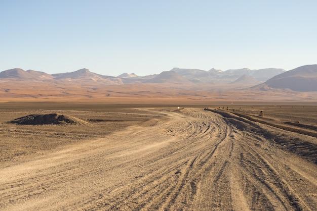 Le désert de sable s'étend sur les andes boliviennes