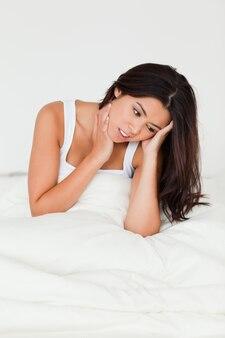 Désespéré, femme regardant dans son lit