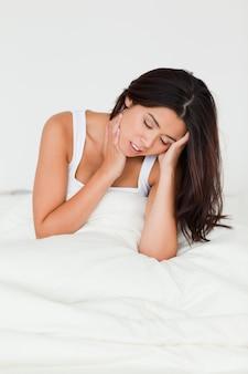 Désespérée belle femme assise dans son lit