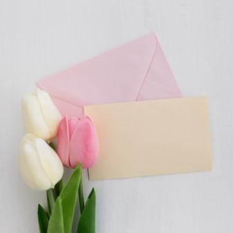 Désherbage carte de voeux avec tulipes sur fond blanc