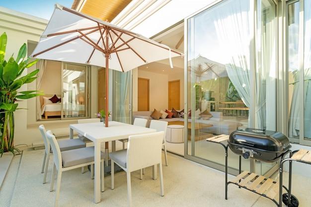 Design extérieur dans une villa de luxe avec piscine