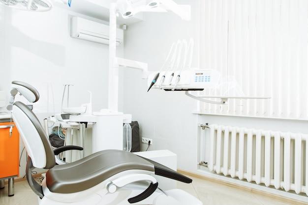 Design d'intérieur de clinique dentaire avec chaise et outils