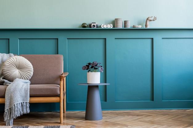 Design d'intérieur créatif du salon dans un appartement confortable avec canapé élégant, plantes, meubles design, décoration et accessoires élégants. murs végétalisés, parquet au sol. mise en scène à domicile. .