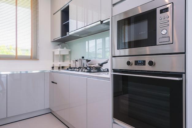 Design d'intérieur de cuisine dans une villa de luxe avec comptoir de cuisine et micro-ondes