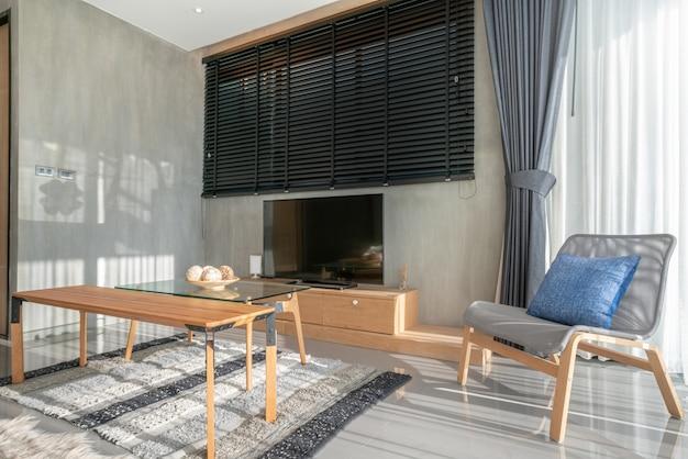 Design d'intérieur dans la chambre à coucher avec télévision et canapé avec poupée et lumière, espace lumineux