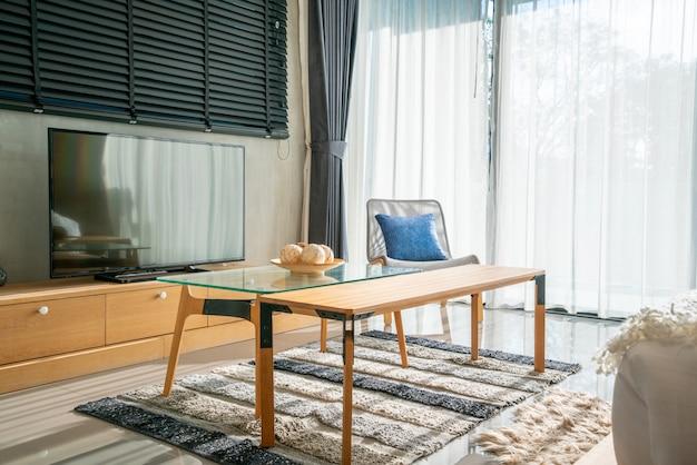 Design d'intérieur dans la chambre à coucher avec télévision et canapé avec poupée et lumière