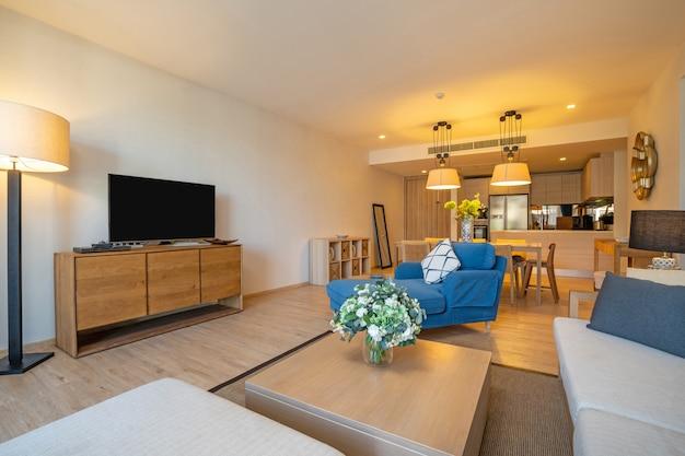 Design d'intérieur dans villa, maison, maison, condo et appartement avec salon avec télévision, table du milieu, coussin et cuisine et salle à manger à aire ouverte