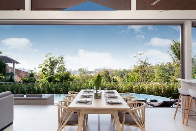 Design d'intérieur dans la villa, la maison et la maison avec piscine, table à manger et chaise à manger dans la salle à manger avec vue sur la piscine