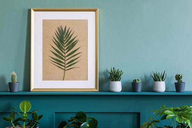 Design d'intérieur du salon avec cadre photo sur l'étagère verte avec des plantes dans différents pots hipster, décoration et accessoires personnels élégants. jardinage domestique.