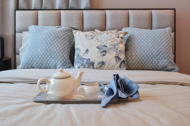 Design intérieur élégant chambre avec oreiller motif floral et un