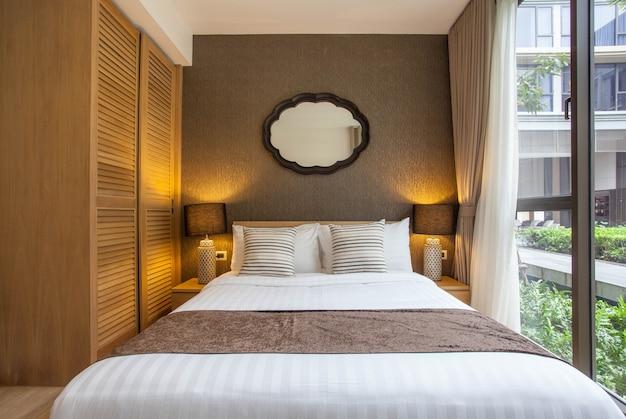 Design d'intérieur de luxe dans la chambre de la villa avec lit king confortable