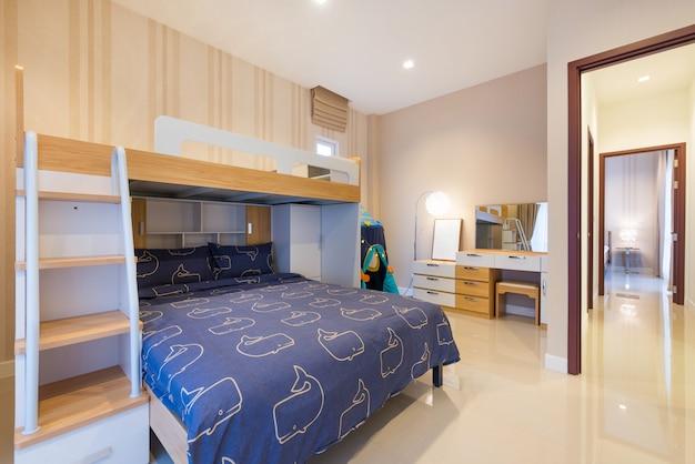 Design intérieur de luxe dans la chambre de la villa avec piscine et lit king confortable. chambre avec haut plafond surélevé dans la maison ou le bâtiment