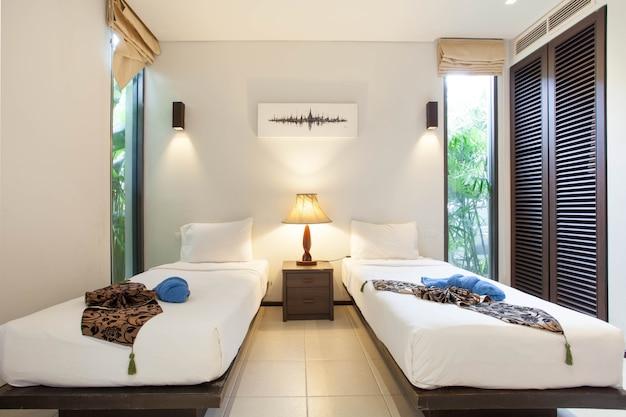 Design d'intérieur de luxe dans la chambre de la villa avec piscine et lit king confortable.