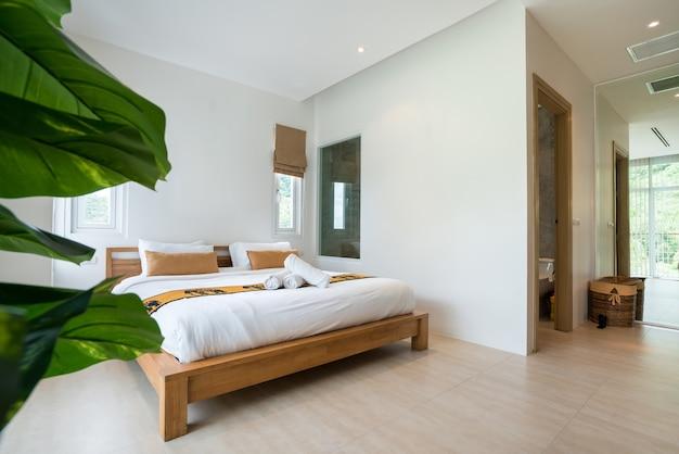 Design intérieur de luxe dans la chambre de la villa avec piscine et lit king confortable.
