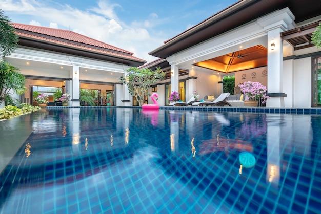 Design d'intérieur de luxe dans la chambre de la villa avec piscine et lit king confortable