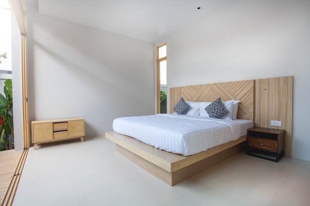 Design d'intérieur de luxe dans la chambre de la villa de la piscine avec lit king